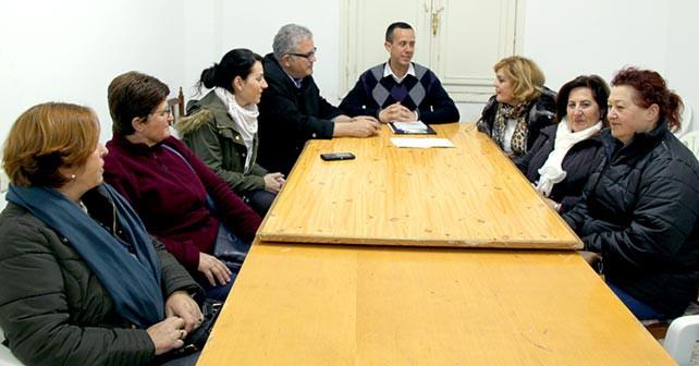 Tomás Elorrieta y José María Martín, con la asociacion de mujeres de Balerma