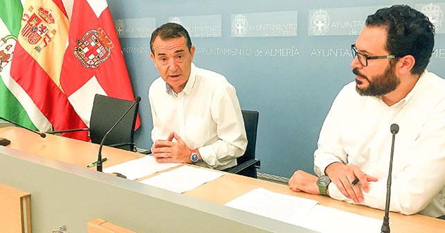 Rueda de prensa que han ofrecido el portavoz del Grupo Municipal Socialista en el Ayuntamiento de Almería, Juan Carlos Pérez Navas, y el concejal Cristóbal Díaz, para presentar dos mociones en las que se piden distintas mejoras de personal y dotación para la Policía Local y la Banda Municipal de Música
