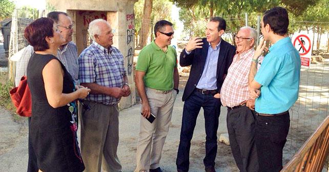 Indalecio Gutiérrez, en el centro, junto al portavoz del Grupo Socialista, Juan Carlos Pérez Navas, y vecinos de El Alquián en una visita al barrio