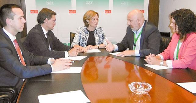 El PSOE de El Ejido se reúne con la Consejera de Agricultura en el Parlamento andaluz