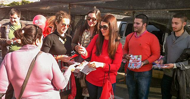 Reparto en Adra organizado por Juventudes Socialistas en el que se han explicado las medidas contempladas en el programa electoral del PSOE para apoyar a los jóvenes