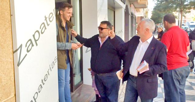 El candidato socialista, Juan Jiménez junto con el secretario general del PSOE de Roquetas de Mar, Manolo García