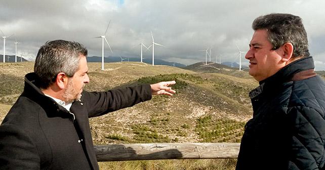 El candidato del PSOE de Almería al Congreso Francisco Giménez, junto al alcalde de Serón, Juan Antonio Lorenzo, en una visita a un parque eólico