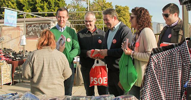 Los socialistas ejidenses recorren el mercadillo de El Ejido para presentar sus propuestas a los ciudadanos junto al candidato al Congreso Juan Tortosa