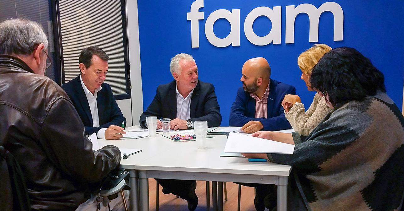 Reunión que han mantenido los diputados y el senador del PSOE de Almería con representantes de la FAAM