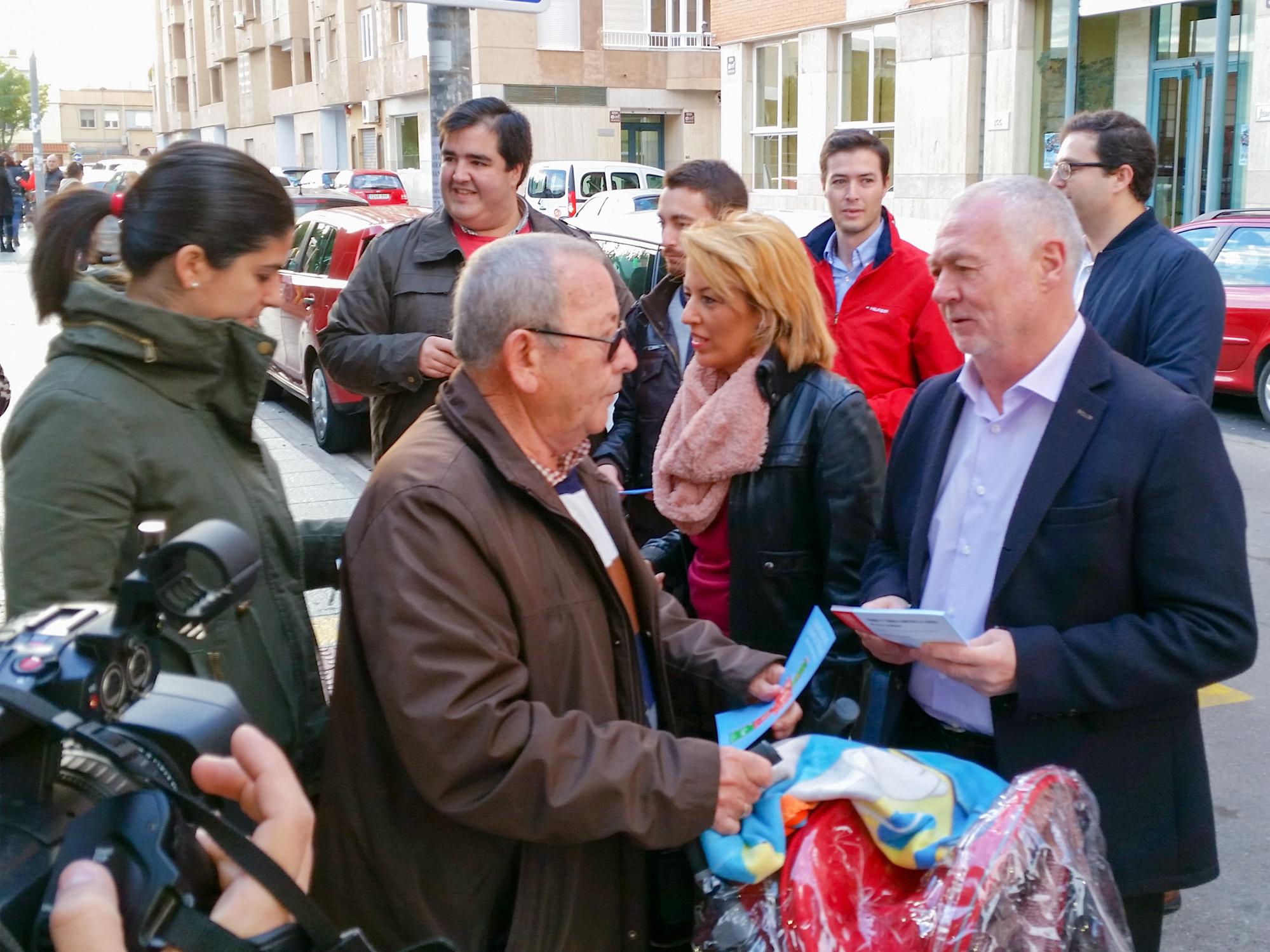 Reparto de folletos contra la LOMCE que han realizado esta mañana en la capital los diputados nacionales del PSOE de Almería y miembros de Juventudes Socialistas
