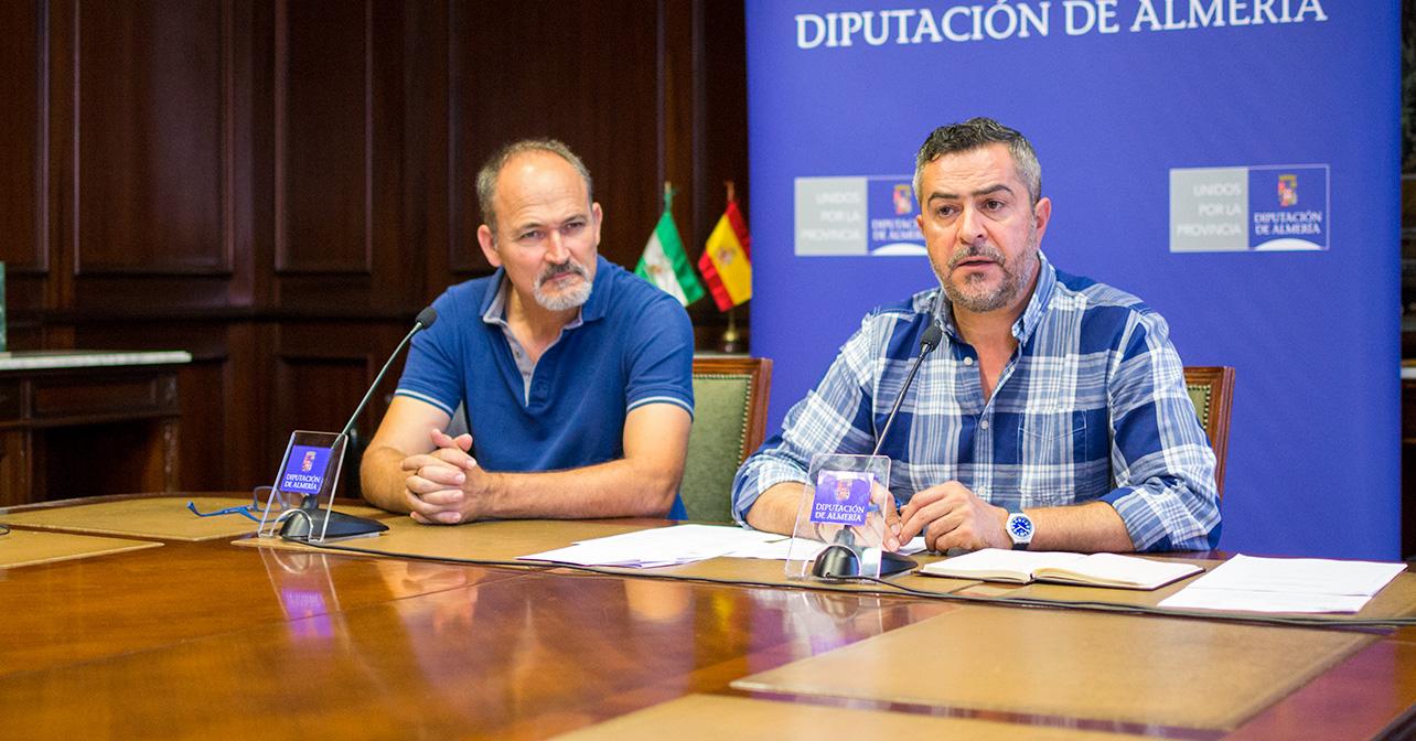 Rueda de prensa que ha ofrecido el portavoz del PSOE en la Diputación de Almería, Juan Antonio Lorenzo, acompañado por el diputado provincial Francisco García