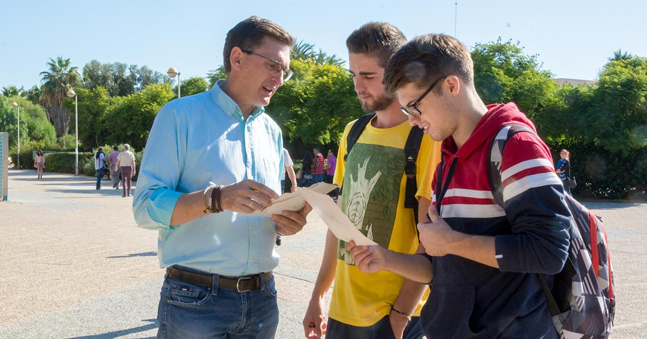El secretario general del PSOE de Almería, José Luis Sánchez Teruel, que ha participado, en la Universidad de Almería, en la campaña 'Andalucía hace los deberes'