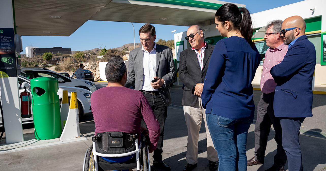 El secretario general del PSOE de Almería, José Luis Sánchez Teruel, quien ha visitado una gasolinera de la capital para dar a conocer la nueva normativa sobre estaciones de servicio