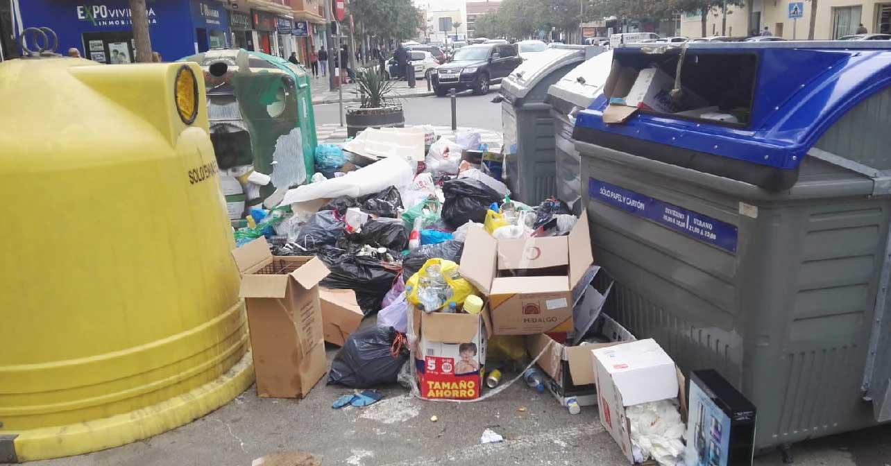 Basura acumulada en Roquetas de Mar