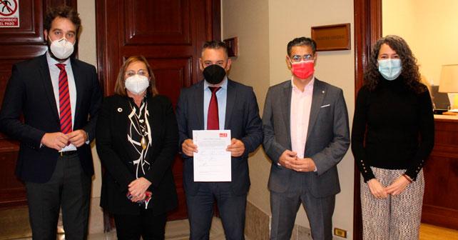 Indalecio Gutiérrez junto a otros diputados en el Congreso
